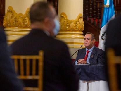El presidente Alejandro Giammattei participa en una conferencia de prensa en el Palacio Nacional el 27 de julio.