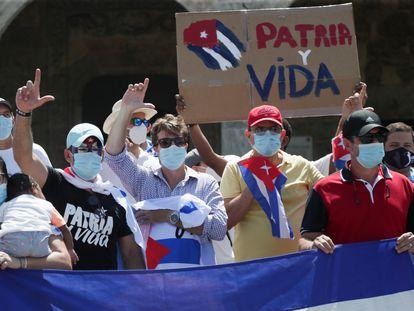 Residentes cubanos en República Dominicana se manifiestan en apoyo de las protestas contra el régimen cubano.