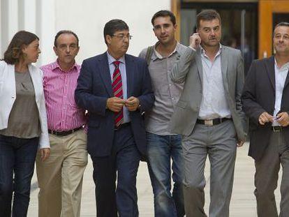 Antonio Maíllo (segundo por la derecha), con consejeros y dirigentes de IU.