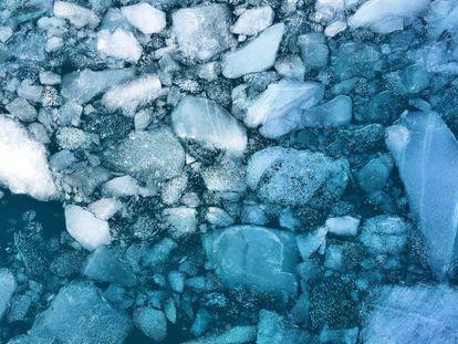 Al calentar el hielo a cero grados, una parte empieza a ser líquida. Pero el nuevo estado une componentes sólidos y fluidos a la vez sin experimentar ningún cambio de fase.