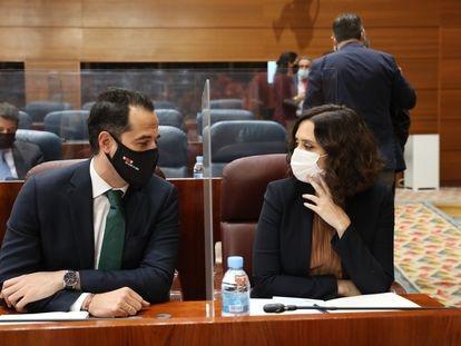 La presidenta de Madrid, Isabel Díaz Ayuso, y el vicepresidente, Ignacio Aguado, durante un pleno en la Asamblea de Madrid.
