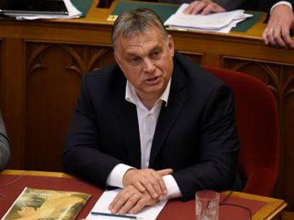 El Parlamento da luz verde a la llamada  Ley Stop Soros  y aprueba una reforma de la Constitución contra la reubicación de refugiados