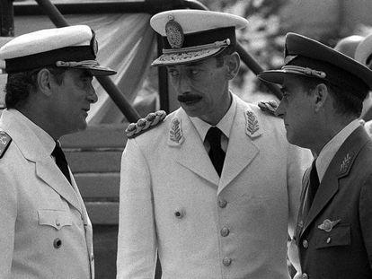 El general Jorge Rafael Videla charla con el almirante Emilio Massera y el brigada Orlando Agosti, poco antes del golpe de Estado de 1976.