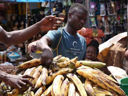 Un niño togolés lleva un cargamento de plátanos en el mercado de Mont Bouet, en Libreville, el 25 de junio de 2018.