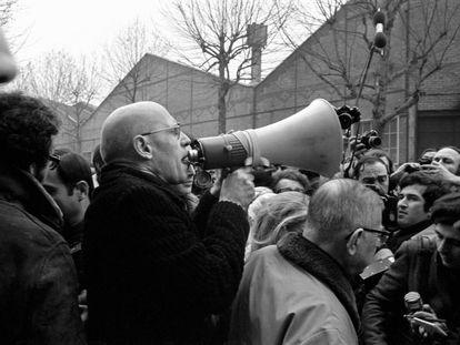 Michel Foucault, con megáfono, y Jean-Paul Sartre (a su derecha),  en una manifestación en 1972 frente a la fábrica de Renault.