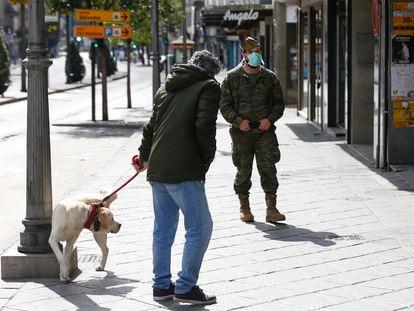 Un legionario patrulla en Granada calle durante las medidas de confinamiento por el coronavirus.