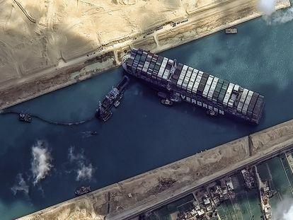 Varios remolcadores situados junto al 'Ever Given' y operaciones de dragado en curso, en el Canal de Suez, Egipto, 26 de marzo de 2021.