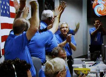 Técnicos de la NASA celebran en Pasadena, California, la llegada a Marte de la sonda <i>Phoenix.</i>