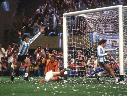 Mario Kempes levanta los brazos tras marcar para Argentina en la prórroga de la final del Mundial de 1978 contra Holanda en el Monumental de Buenos Aires.