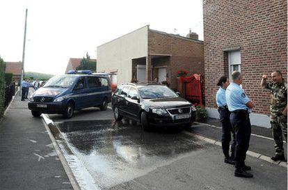 La policía francesa investiga una casa de la localidad norteña de Villers-au-Tertre en cuyo jardín han encontrado varios cadáveres de bebés.