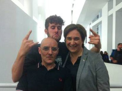 Ada Colau con los artistas Joan Morey y Andreu Ubaldo, en la inauguración de la exposición sobre el punk.