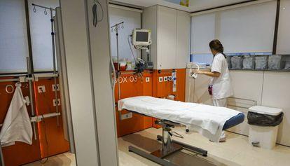 Una enfermera del Hospital Clínic de Barcelona prepara el Box 3, un área específica para tratar a pacientes que han sufrido una agresión sexual.