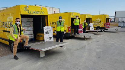 Trabajadores de Correos transportan comida al Banco de Alimentos de Córdoba, este jueves.