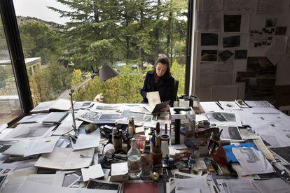 La escultora Cristina Iglesias en su estudio de Torrelodones (Madrid).