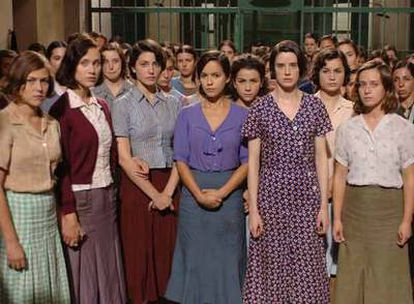 En primer plano, Verónica Sánchez y Pilar López de Ayala (cuarta y quinta por la izquierda), en un fotograma de <i>Las 13 rosas.</i>