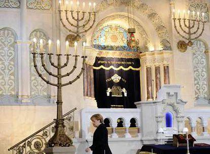 La canciller alemana Angela Merkel se dirige al púlpito de la sinagoga de la Rykestrasse poco antes de pronunciar su discurso