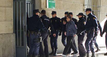Miguel Carcaño entra a los juzgados de Sevilla rodeado de policías en una declaración ante el instructor.