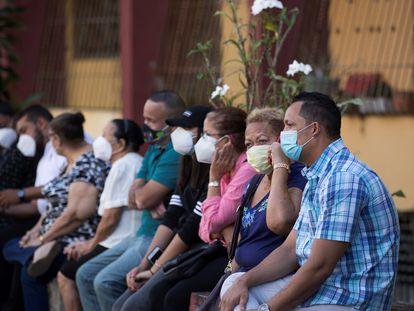 Grupos de personas esperan para realizarse una prueba de la Covid-19 en República Dominicana.