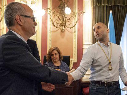 Jácome, a la derecha, saluda al regidor saliente, el popular Jesús Vázquez, en su toma de posesión.