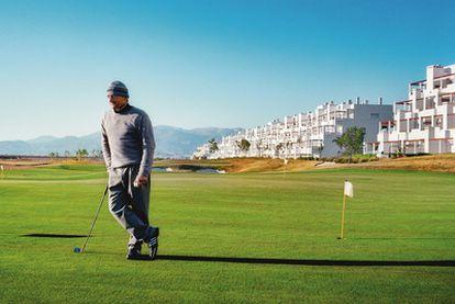 """Philippe Tabone, 50 años, vive seis meses al año en una urbanización vacía en Alhama (Murcia). """"Tengo un campo  de golf para mí solo. He hecho el mejor negocio del mundo. Ahora todo esto pertenece a los bancos""""."""