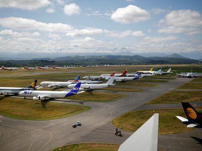 Aviones de diferentes aerolíneas estacionados en Tarbes, Francia, el pasado junio.