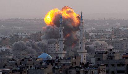Una columna de humo se levanta en el sureste de la ciudad de Gaza.