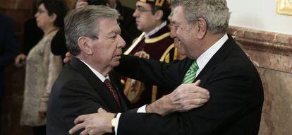 El socialista José Luis Corcuera saluda el viernes al presidente del Congreso, Jesús Posada (PP).