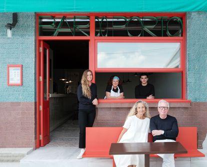 En la terraza del bar posan David y su mujer, Evelyn, junto a su hija Celeste (izda.) y el equipo del establecimiento.