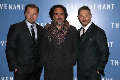 Leonardo DiCaprio, Alejandro Gonzalez Inarritu y Tom Hardy en la presentación de 'El renacido', en Londres, 2016.