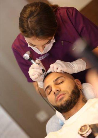 El futbolista Quaresma durante su tratamiento en la clínica Elithairtransplant.