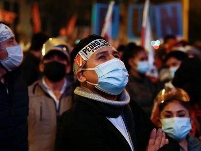 Seguidores de Pedro Castillo frente al edificio donde el candidato espera la resolución de los tribunales electorales, el jueves en Lima.