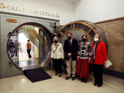 Desde la izquierda, Asunción Carendell, el director del Instituto Cervantes, Luis García Montero, Julia Goytisolo y la escritora Carme Riera en la entrada de la bóveda de la Caja de las Letras.