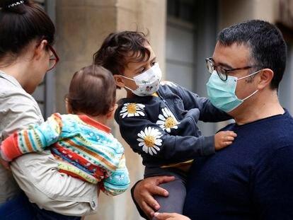 Padres con niños, en una calle de Terrassa el pasado día 10.