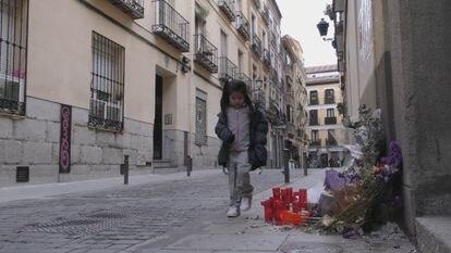 Una niña, camino del colegio, pasa junto al memorial de Mamen Mbaye en Lavapiés. ZAVAN FILMS