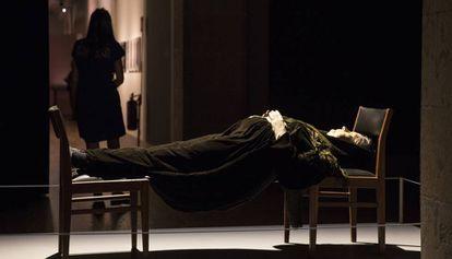 La escultura 'Madame Blavatsky', de Goshka Macuga, en la exposición 'La llum negra' del CCCB.