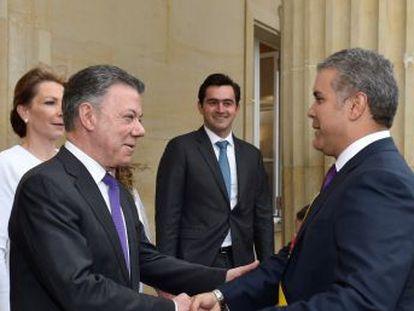 El nuevo presidente de Colombia asume el poder con un discurso de unión frente al mensaje duro de su partido