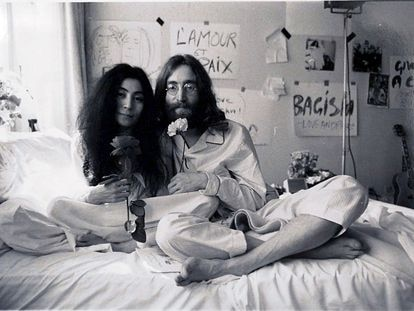 El cantante John Lennon posa en pijama en la cama junto a su mujer Yoko Ono.