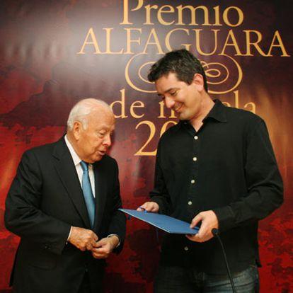 Jesús de Polanco (izquierda) y Santiago Roncagliolo, en el acto de entrega del galardón.