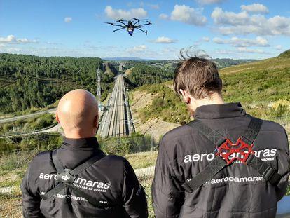 Dos pilotos de Aerocámaras manejan un dron.