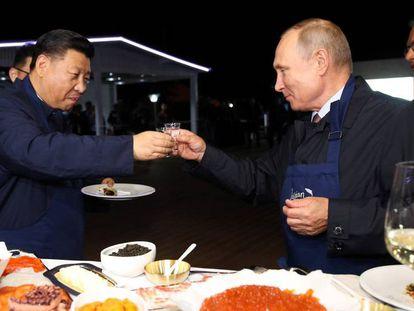 El presidente chino, Xi Jinping, y su homólogo ruso, Vladímir Putin, brindan este martes en Vladivostok.