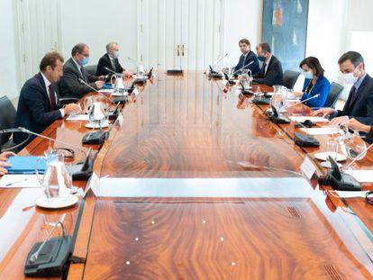 Mesa de la reunión mantenida esta tarde entre el Gobierno español y la dirección de Airbus en La Moncloa. Frente a frente, el consejero delegado de la compañía, Gillaume Faury, y el presidente del Gobierno, Pedro Sánchez.