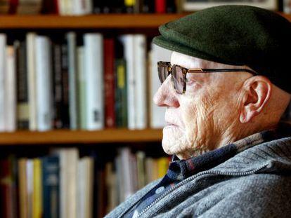 El escritor Ramiro Pinilla, en su casa de Getxo (vizcaya).
