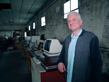 Carlos Izquierdo posando con algunas de las computadoras del museo que tiene previsto abrir próximamente en Majadas de Tiétar (Extremadura)
