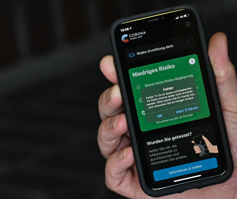 Un hombre muestra un mensaje de error en la aplicación alemana Corona Warn el pasado 29 de julio en Berlín.
