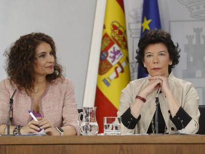 Las ministra de Educación, Isabel Celáa (d), y de Hacienda, María Jesús Montero (i), durante la rueda de prensa posterior al Consejo de Ministros.