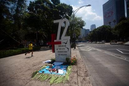 El antimonumento con el +72 en referencia a la masacre de San Fernando, Tamaulipas