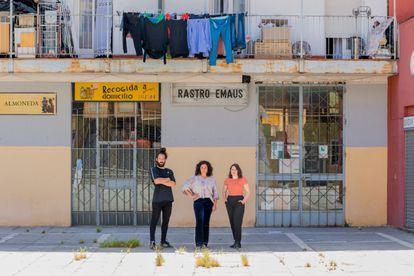 Leah Pattem (en el centro), la autora del blog 'Madrid No Frills', con Antonio Delgado y Lucía Mos, de Madrid Secreto, con quienes produce una serie de cortos sobre la ciudad.