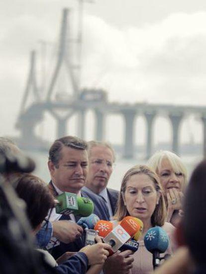 Ana Pastor atiende a los medios, junto a Antonio Sanz y Teófila Martínez, en Cádiz.