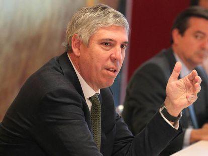 El presidente de Ifema, José Vicente de los Mozos, en primer plano, y el director general de la institución ferial, Eduardo López-Puertas.