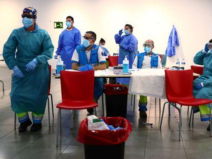 Pruebas PCR en un centro cultural de Vallecas, en Madrid, este jueves.